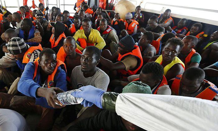 Flüchtlinge, die mit einem Schlauchboot die Überfahrt versucht hatten, nach ihrer Rettung