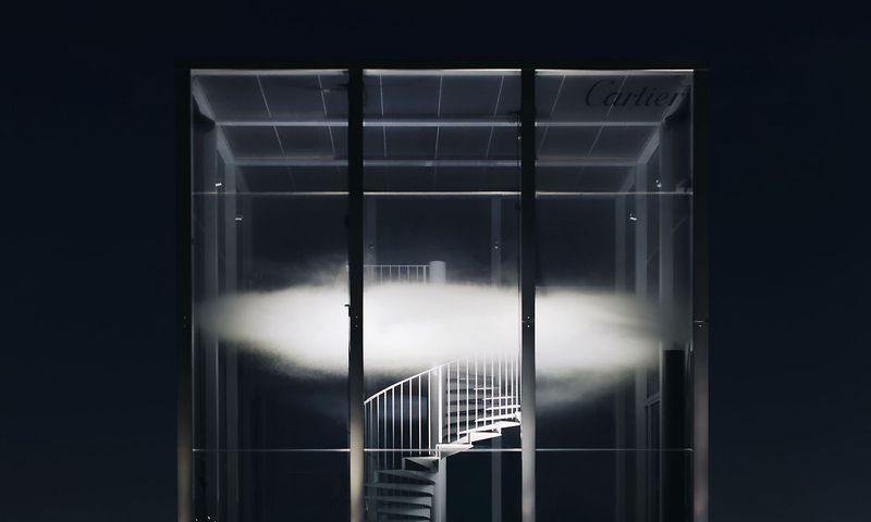 """""""Le nuage parfumé"""", die parfümierte Wolke, schwebt in Cartiers """"Object sentant non dentifié"""" vor dem Pariser Palais de Tokyo. / Bild: Cartier/Quyen Mike"""
