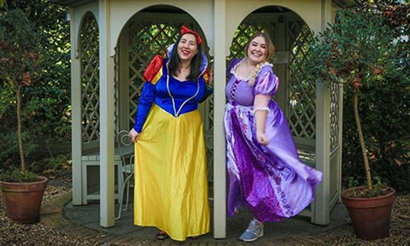 Zwei Große Engländerinnen Sind Dabei