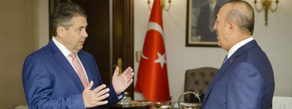 Der deutsche Außenminister Gabriel und der türkische Außenminister. / Bild: (c) Imago