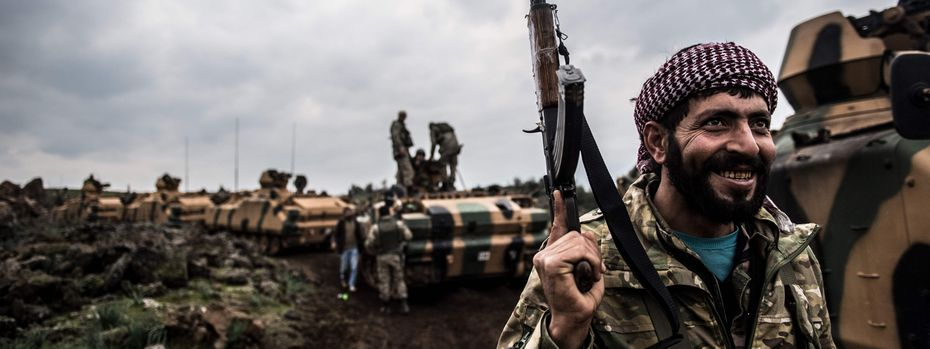 Türkisches Militär beim Vormarsch auf die syrische Grenze. Am Sonntag drang die Armee mit Panzern und Bodentruppen in das Bürgerkriegsland ein. / Bild: (c) APA/AFP/BULENT KILIC