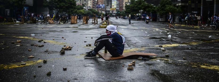 Die Antiregierungsproteste dauern an und könnten sich bis zum Wochenende weiter zuspitzen: Ein Jugendlicher beteiligt sich an einer Straßenblockade in Caracas. / Bild: (c) APA/AFP/RONALDO SCHEMIDT