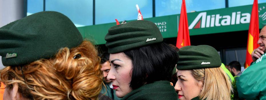 Mitarbeiterinnen der italienischen Airline vor der Abstimmung. /