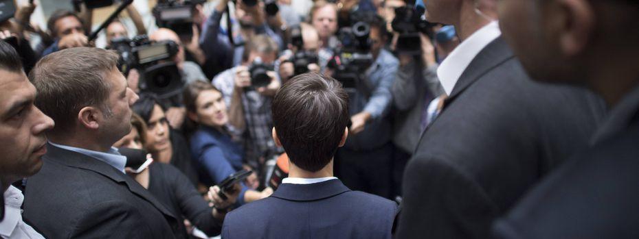 Frauke Petry wird von Reportern, Fotografen und Kameraleuten nach ihrem Coup in der Bundespressekonferenz in Berlin belagert. / Bild: (c) imago/IPON