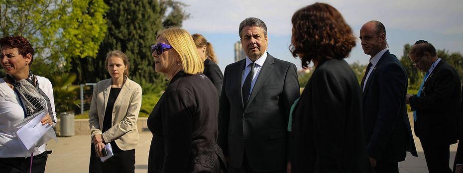 Der deutsche Außenminister Sigmar Gabriel bei seinem Besuch in der Holocaust-Gedenkstätte Yad Vashem in Jerusalem am Montag. / Bild: imago/ZUMA Press
