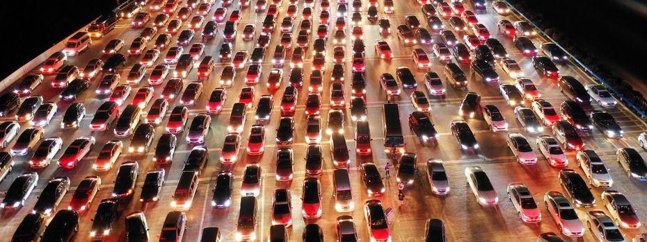 Bei höherer Fahrgeschwindigkeit steige die Umweltbelastung überproportional, sagt der Ökonom Karl Aiginger. Er kritisiert deshalb die von türkis-blau eingeführten Teststrecken, auf denen Tempo 140 erlaubt ist. / Bild: REUTERS