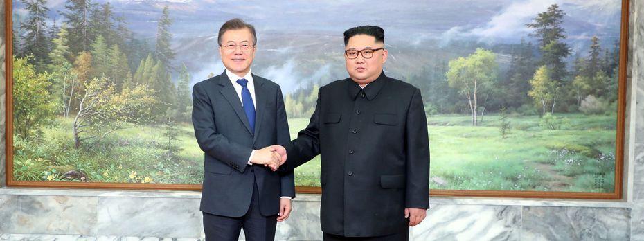 Zweites Treffen innerhalb eines Monats: Südkoreas Präsident Moon (li.) und Nordkoreas Machthaber Kim Jong-un. / Bild: REUTERS