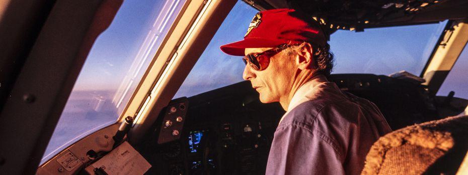 Das waren noch Zeiten, als Niki Lauda selbst die Jets pilotierte. Jetzt zieht er die Fäden aus dem Chefsessel. / Bild: (c) Ernst Kainerstorfer/picturedesk.com