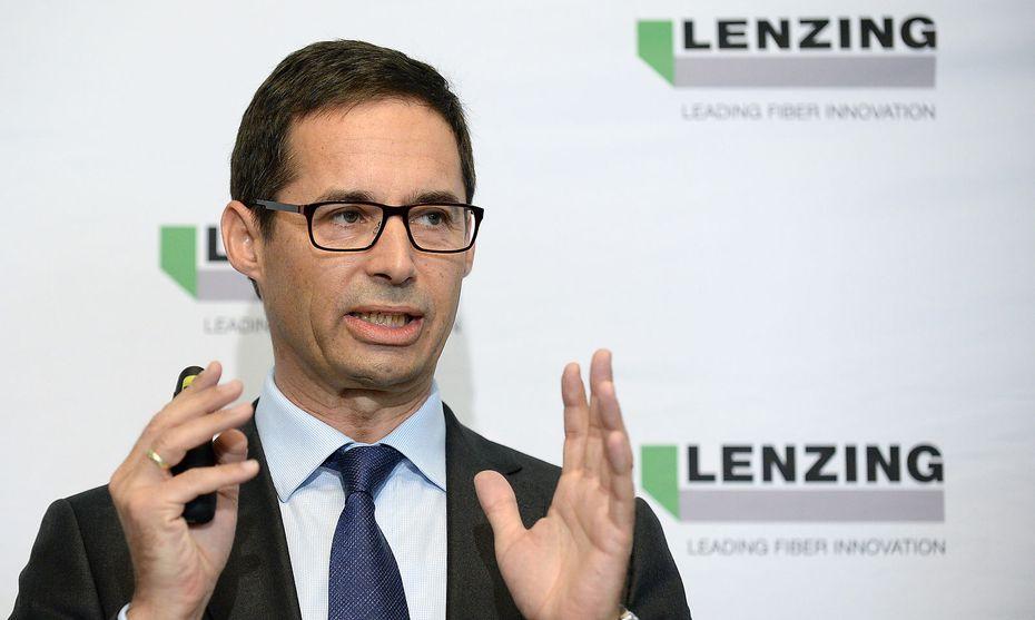 Lenzing-CEO Stefan Doboczky hat im Vorjahr rund 200 Millionen Euro in Kapazitätserweiterungen investiert. / Bild: APA/ROLAND SCHLAGER