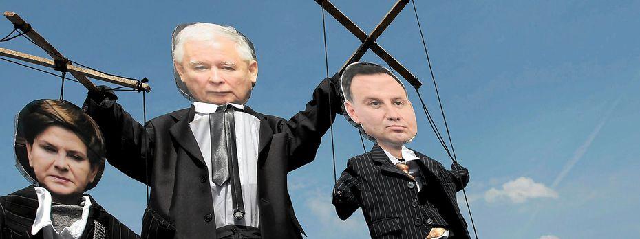 PiS-Chef Kaczynski hat seinen Parteifreund, Präsident Duda (re.) nicht so im Griff, wie es manche Demonstranten in Polen sehen. / Bild: (c) REUTERS (AGENCJA GAZETA)