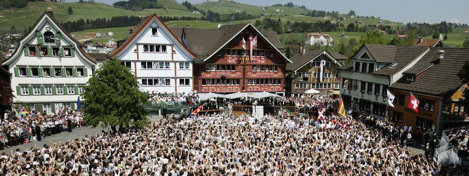 Direkte Demokratie in der Schweiz: In Appenzell werden auch heute noch Volksabstimmungen unter freiem Himmel durchgeführt. / Bild: REUTERS