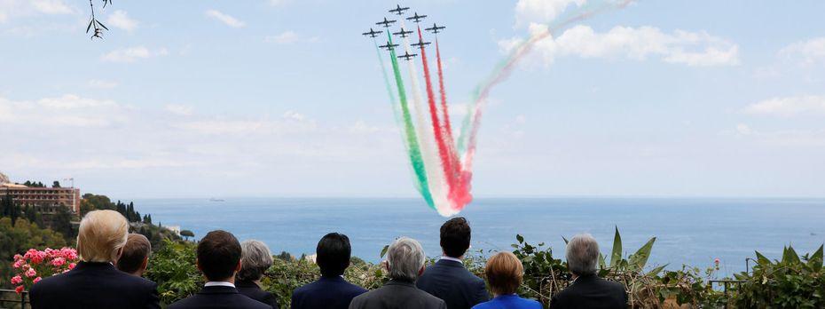 Die italienische Trikolore über Taormina. Die Staats- und Regierungschefs beim G7-Gipfel bewundern die Flugshow der italienischen Luftwaffe. / Bild: (c) REUTERS (JONATHAN ERNST)