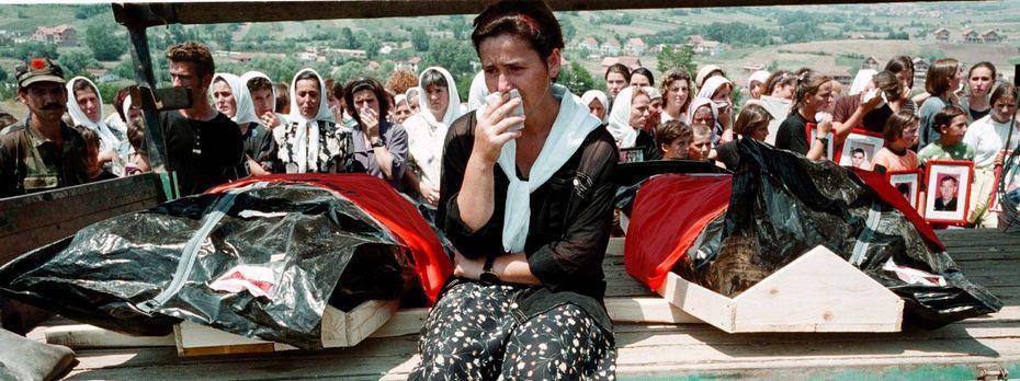 Trauer um die Opfer. Nach Abzug der serbischen Kräfte werden im Juli 1999 bei Bela Crkva entdeckte Leichen bestattet. / Bild: Getty Images