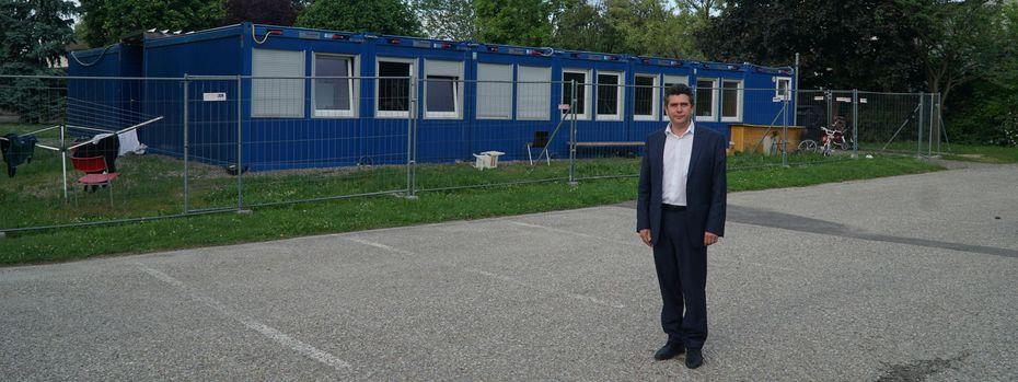Bürgermeister Peter Eisenschenk vor einem der fünf Flüchtlingsquartiere in Tulln. / Bild: (c) Claudia Schreiner