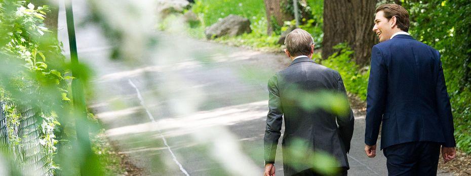 Wilfried Haslauer (ÖVP, l.) muss am Sonntag eine Wahl in Salzburg schlagen. Kanzler Sebastian Kurz muss dann Reformen angehen. / Bild: Michael Gruber / EXPA / picturedesk.com