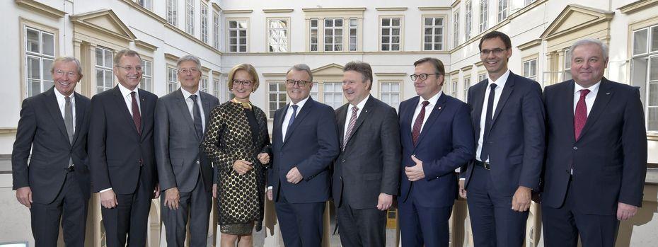 Günther Platter (Dritter von rechts) will seinen Kollegen einen Plan vorstellen. / Bild: (c) APA/HERBERT NEUBAUER