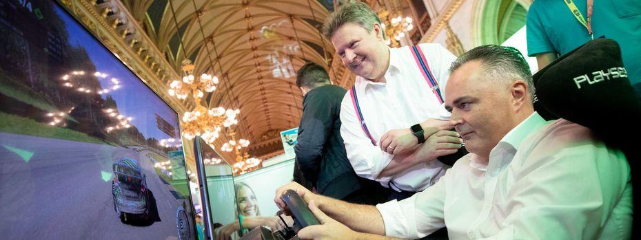 Die rote Ostachse: Bürgermeister Michael Ludwig und Burgenlands Hans Peter Doskozil (v. l.) am Samstag bei der Game City im Rathaus. / Bild: APA/GEORG HOCHMUTH