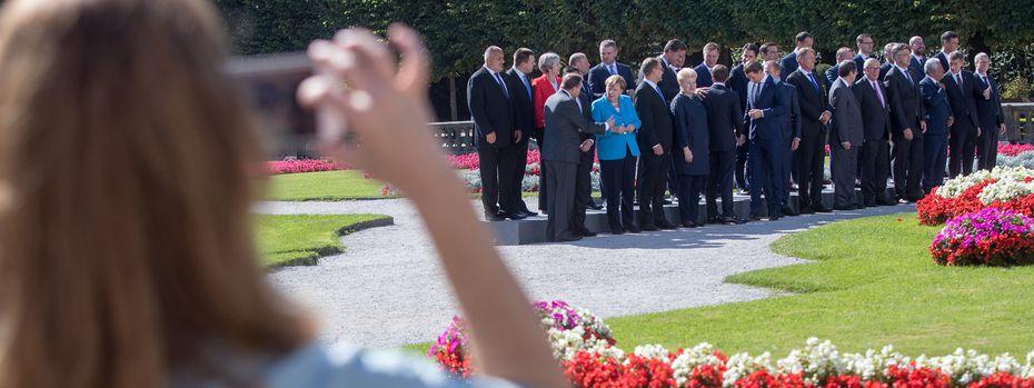 Aufstellung der Staats- und Regierungschefs zum Familienfoto im Salzburger Mirabell-Garten.  / Bild: (c) APA/GEORG HOCHMUTH (GEORG HOCHMUTH)
