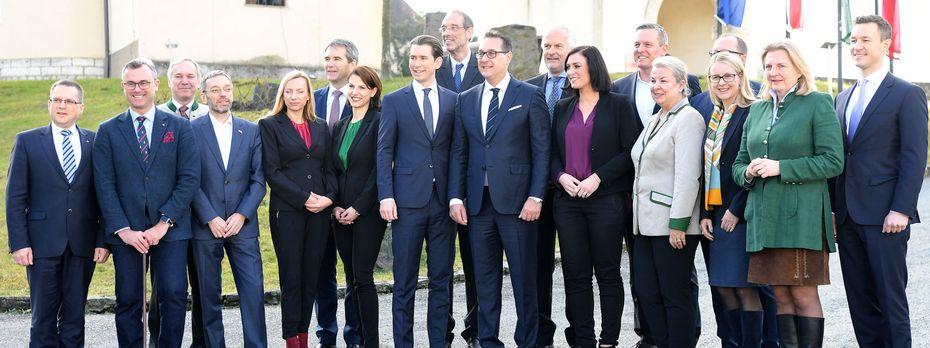 Gruppenfoto der Bunderegierung vor dem Schloss Seggau / Bild: APA/ROLAND SCHLAGER