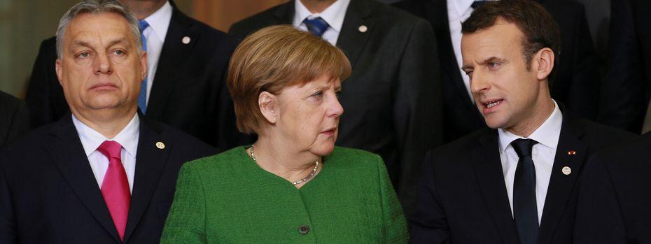 Zwei politische Welten: Viktor Orbán und das Pro-Europa-Paar Angela Merkel und Emmanuel Macron beim EU-Gipfel in Brüssel. / Bild: (c) REUTERS (POOL)