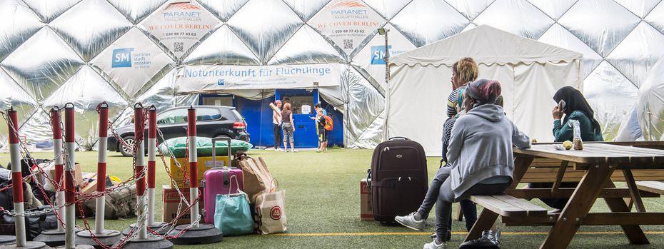 Die letzten Flüchtlinge verlassen ein Lager in Berlin.  / Bild: (c) imago/Christian Ditsch (Christian-Ditsch.de)