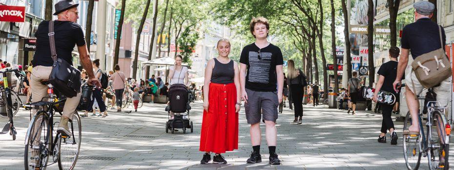 Clara Wrbka (15) und Leander Scholz (20) auf der – autofreien – Fußgängerzone in der Mariahilfer Straße: Ein eigenes Auto zu besitzen ist für die Schülerin und den Studenten nicht erstrebenswert. / Bild: (c) Valerie Voithofer