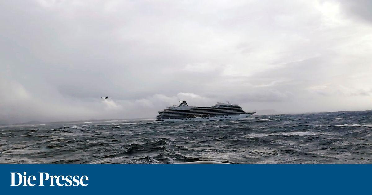 Kreuzfahrtschiff-steuert-nach-Seenot-norwegischen-Hafen-an