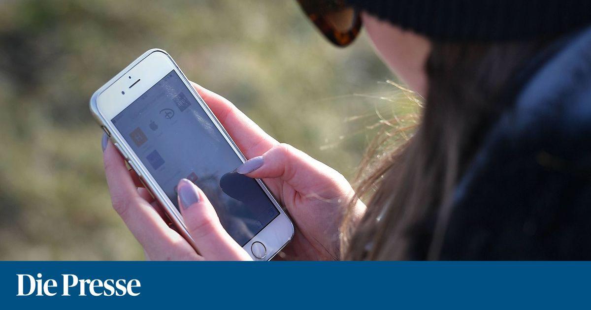 Junge frau blickt auf ihr smartphone haende am handy bildschirm scrollen tippen close up  young 1529488674639194 v0 h